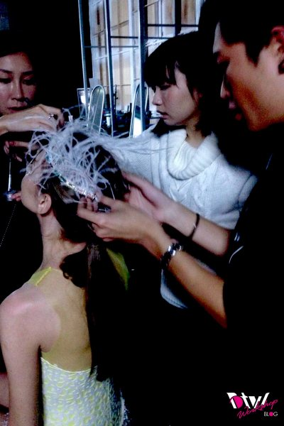 Quick Change: 3 pairs of hands trying to put the hair piece on the model in 8 seconds. Thank god for team work^^