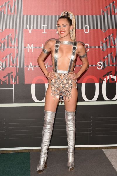Miley Cyrus in Atelier Versace photo: getty